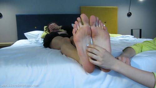 Hania's feet tickling