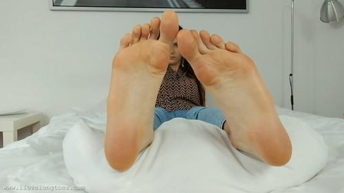Bare foot Hania