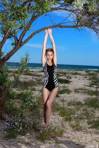 Elle-Beach-Day-With-A-Friend--g6uta69iax.jpg