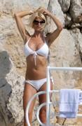 Victoria-Silvstedt-in-a-sexy-white-bikini-v6o2a88nlp.jpg
