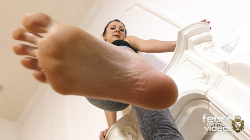 Trampled under Isabelles bare feet - FULL HD WMV