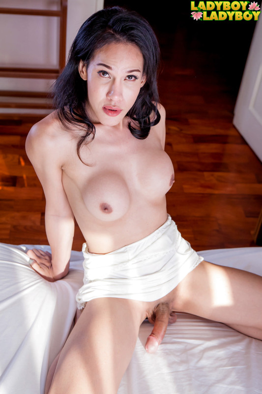 Jolie In White Shoots Cum! (8 June 2018)