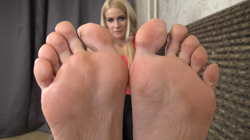 Laura - sexy mature soles Full HD